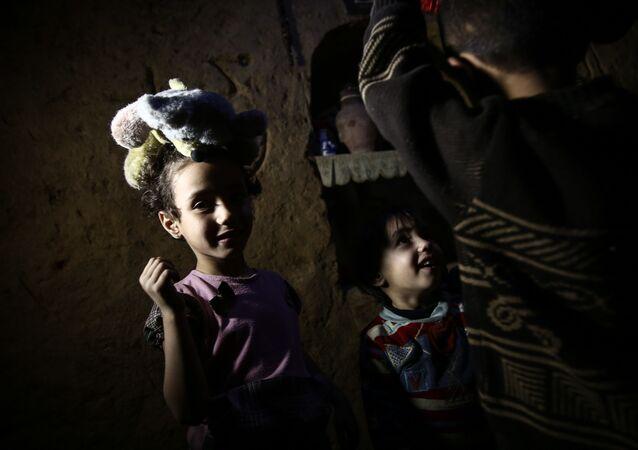 أطفال سوريون يلعبون داخل ملجأ أبو عمر في بلدة دوما، في شرق دمشق، 30 أكتوبر/ تشرين الأول 2016