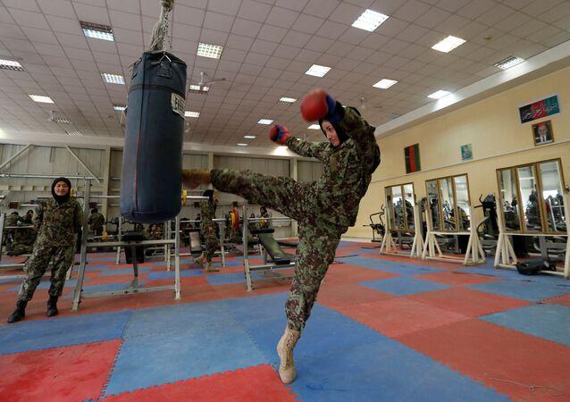 كتيبة النساء التابعة لقوات الجبش الوطني الأفغانية - الجندية فاطمة رزاي، 21 عاماً، خلال التدريبات بمركز كابول للتدريبات العسكرية، أفغانستان 23 أكتوبر/ تشرين الأول 2016