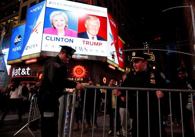 الشرطة الأمريكية تضع الحاجز حول المتابعين لنتائج التصويت في الانتخابات الأمريكية في ساحة تايمس سكوير  في نيويورك، 8 نوفمبر/ تشرين الأول 2016.