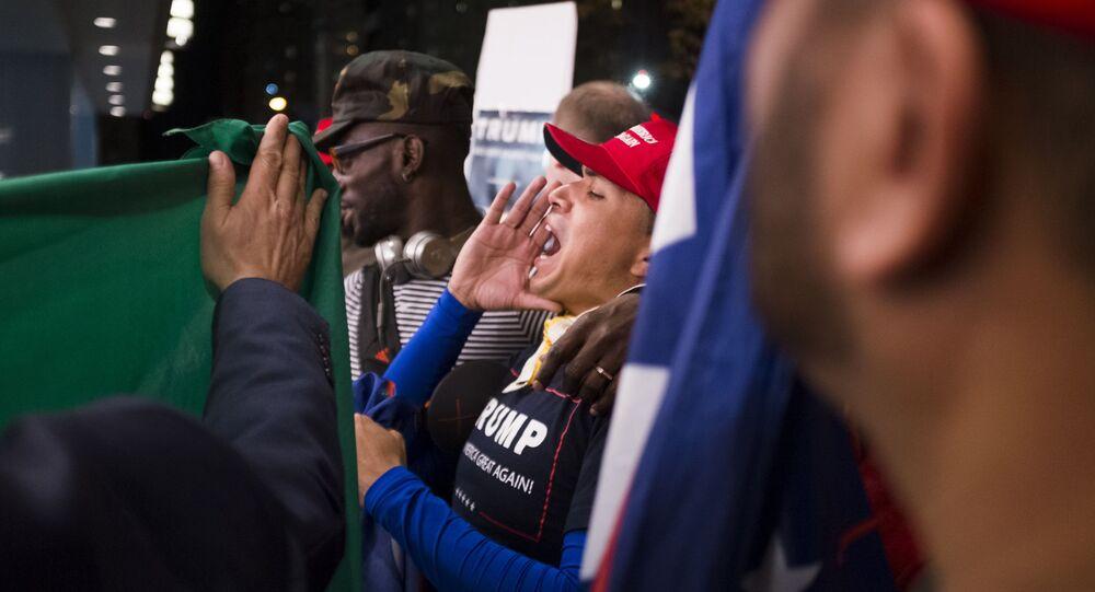 مناصرو المرشح الجمهوري دونالد ترامب يقفون أمام الفندق الي ينتظر فيه نتائج التصويت في نيويورك، 8 نوفمبر/ تشرين الأول 2016.