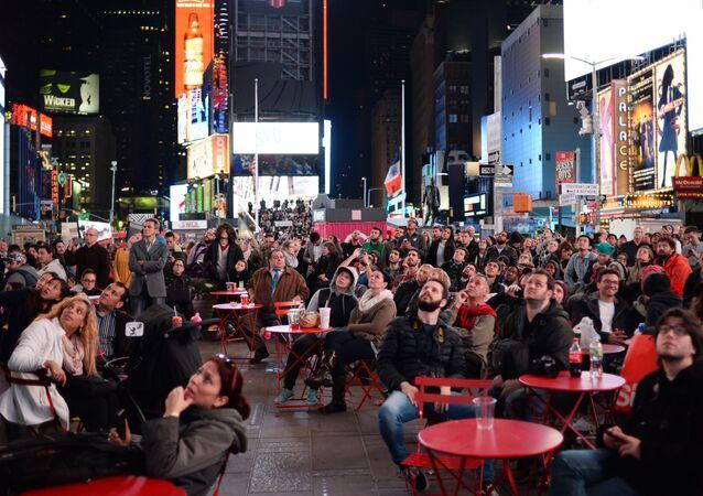 الانتخابات الرئاسية الأمريكية - المواطنون الأمريكيو يراقبون شاشة نتائج التصويت أولاً بأول في تايمس سكوير بنيويورك، 8 نوفمبر/ تشرين الثاني 2016