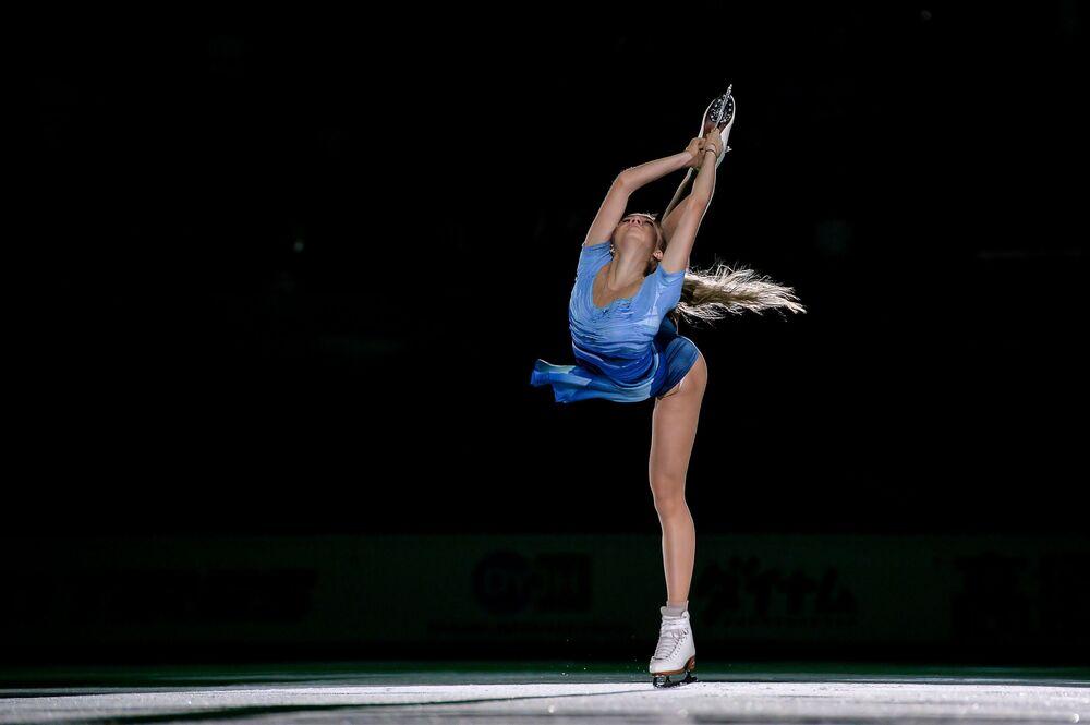 الرياضية الروسية يلينا راديونوفا، الحاصلة على المرتبة الثانية في مسابقة التزلج الفردي على الجليد للنساء بموسكو
