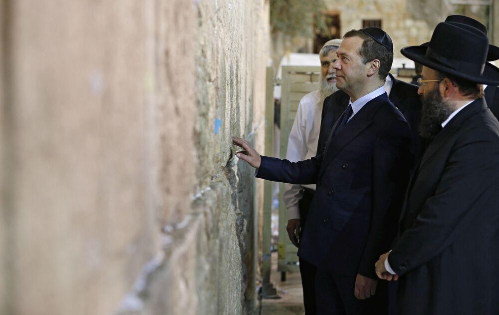 رئيس الوزراء الروسي دميتري مدفيديف خلال زيارته لـ حائط البراق (حائط المبكى عند اليهود) في القدس، خلال زيارته الرسمية إلى إسرائيل