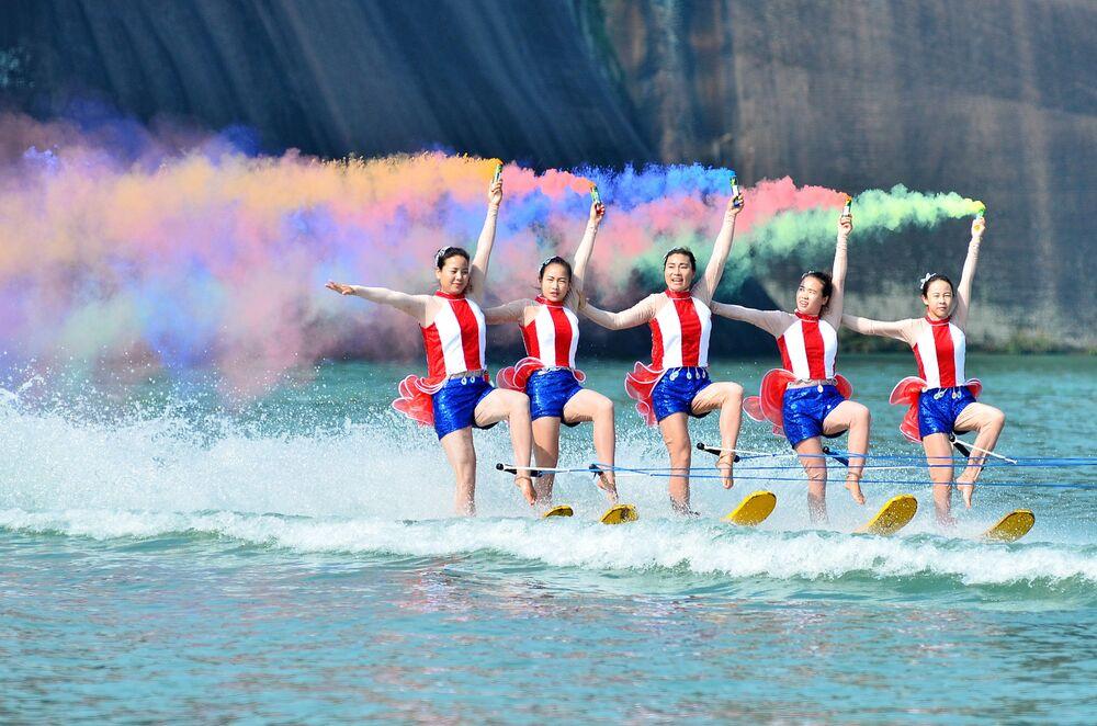 المشاركات خلا عرض مائي على النهر في منتجع سياحي في تشنتشو بمقاطعة هونان، الصين 6 نوفمبر/ تشرين الثاني 2016.