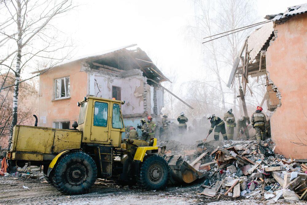 فريق الإنقاذ الروسي في موقع الحدث بعد انفجار عبوة غاز في أحد شقق عمارة سكنية في إيفانوفا، روسيا