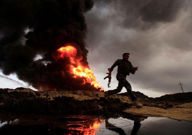 ألسنة اللهب والدخان يتصاعد من آبار النفط التي أشعل فيها النار مسلحي تنظيم داعش قبل فرارهم من المنطقة المنتجة للنفط القيارة، العراق 4 نوفمبر/ تشرين الثاني 2016.