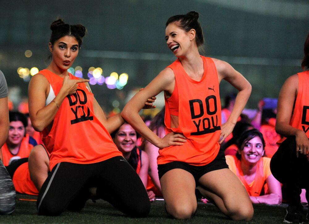 ممثلتا بوليوود الهنديتان جاكلين فرنانديز وكالكي كوتشلين المشاركتان في فعاليات اليوم العالمي  للطفلة في مومباي، 6 نوفمبر/ تشرين الثاني 2016