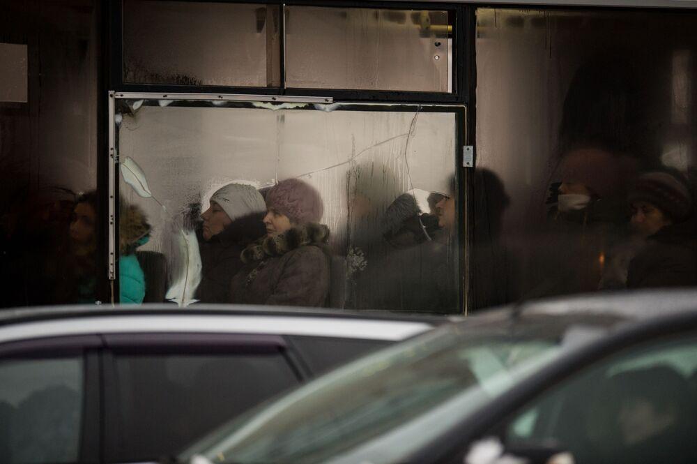 ركاب باص عمومي في مدينة أومسك، روسيا