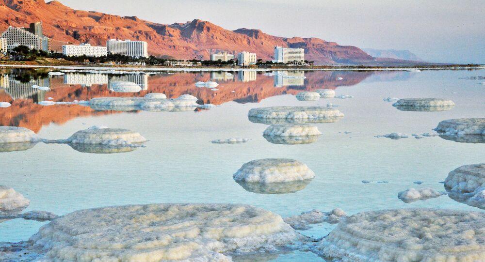مشهد يطل على أحد شواطئ البحر الميت