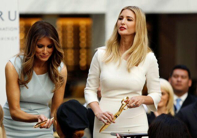 ميلانيا ترامب، زوجة دونالد ترامب، وابنته إيفانكا ترامب خلال مراسم افتتاح فندق ترامب انترناشينال في واشنطن، 26 أكتوبر/ تشرين الأول 2016