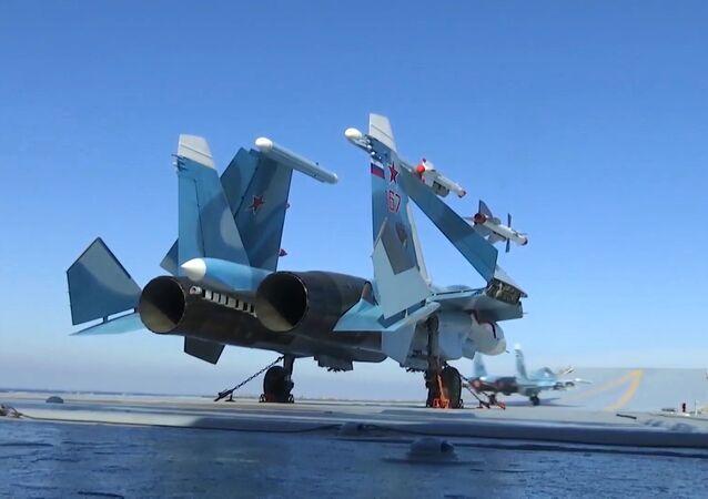 مقاتلة سو - 33 على متن حاملة الطائرات الروسية الأميرال كوزنيتسوف على ساحل البحر الأبيض المتوسط السوري
