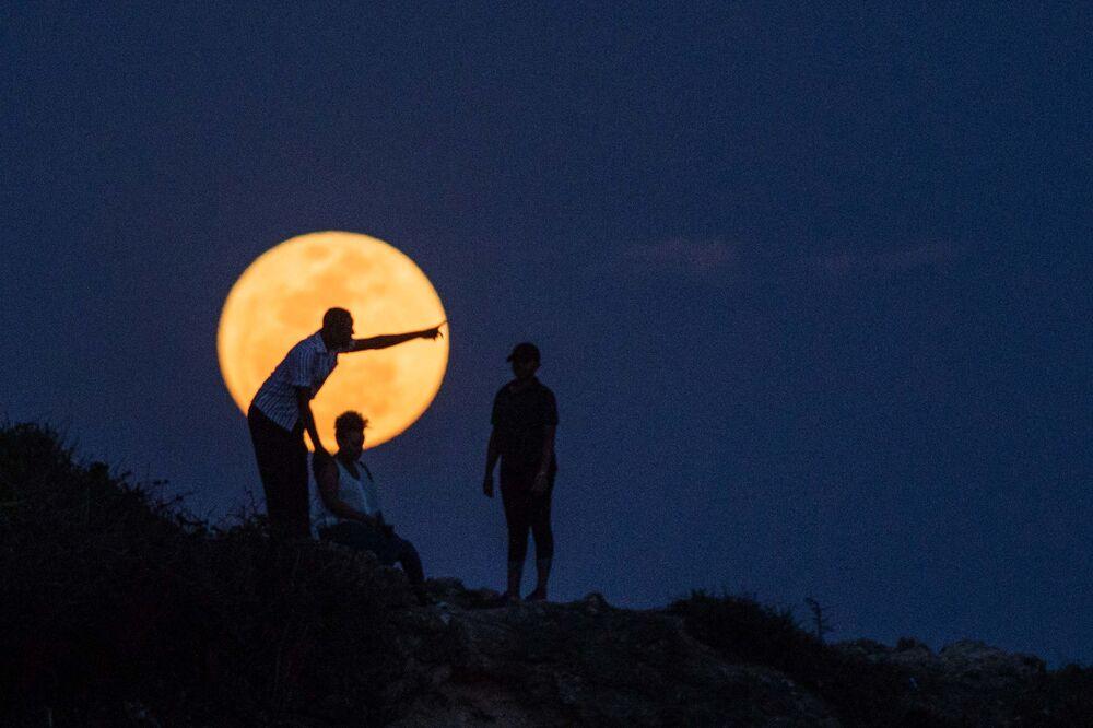 القمر العملاق في دير السلام، تنزانيا،  14 نوفمبر/ تشرين الثاني 2016