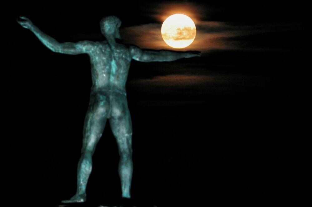 القمر العملاق في اليونان،  14 نوفمبر/ تشرين الثاني 2016