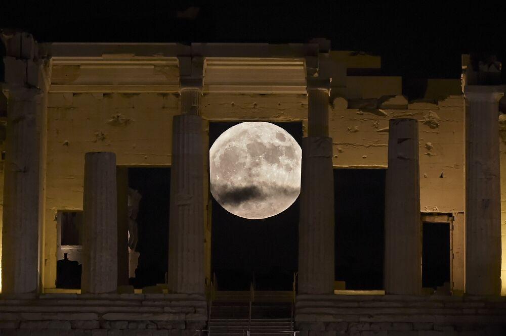 القمر العملاق في مدينة أثينا، اليونان 14 نوفمبر/ تشرين الثاني 2016