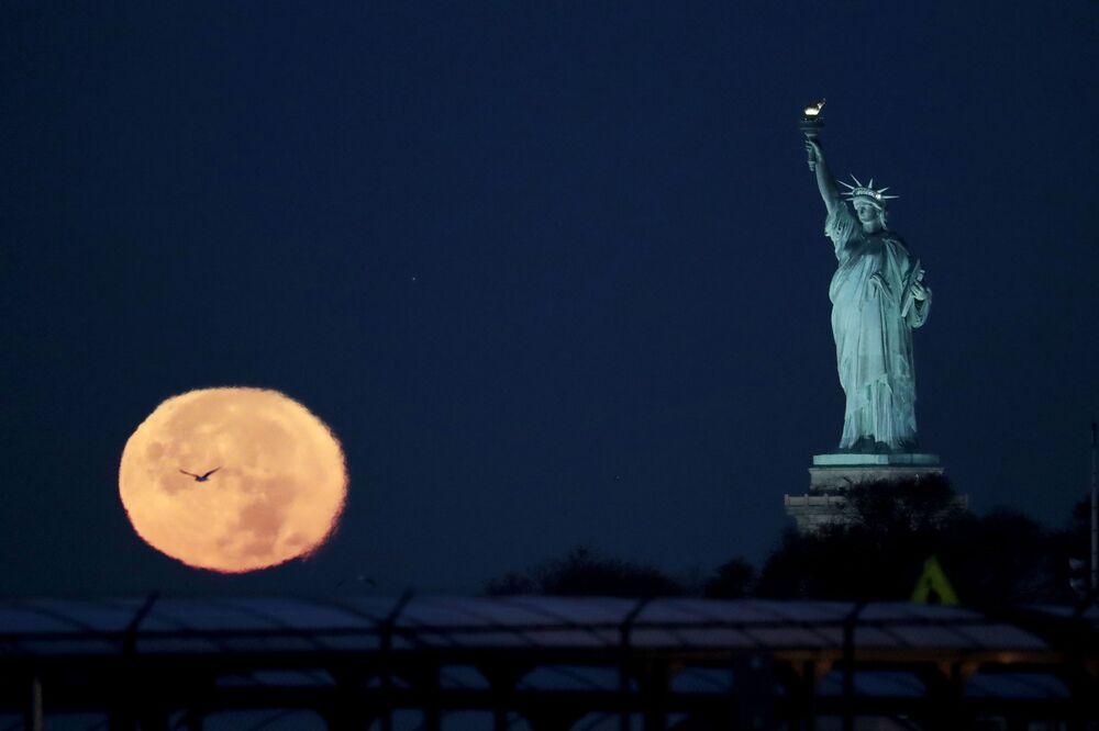 القمر العملاق في مدينة نيويورك، الولايات المتحدة، 14 نوفمبر/ تشرين الثاني 2016