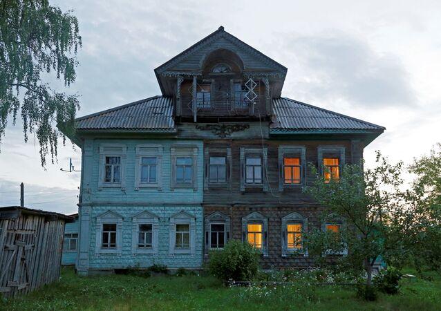 صورة لجزء من واجهة منزل في قرية تشيريفكوفو، بمقاطعة أرخانغلسك، روسيا 12 يوليو/ تموز 2016.