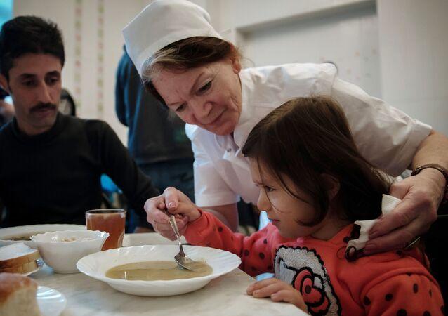 طفلة سورية تتناول وجبة الغذاء داخل الأكاديمية الطبية العسكرية في مدينة سانت بطرسبورغ الروسية
