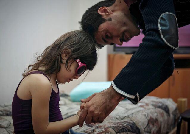 طفلة سورية أثناء توقيع الكشف عليها في الأكاديمية الطبية العسكرية في روسيا
