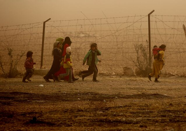 أطفال سوريون يسيرون حول مخيم للنازحين في قرية عين عيسى، والذي فروا من بطش داعش في الرقة، 10 نوفمبر/ تشرين الثاني 2016