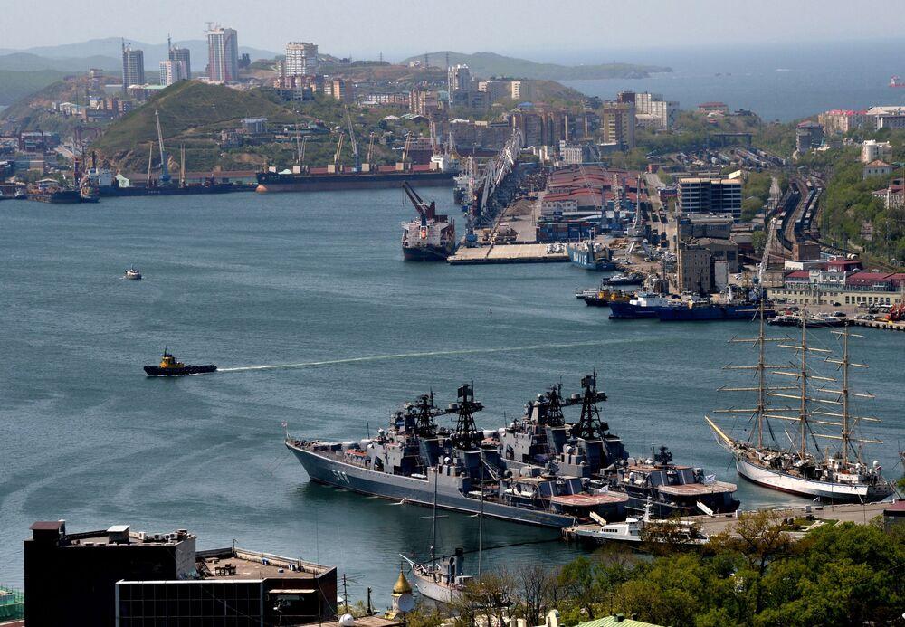 سفينة مضادة للغواصات كبيرة الأميرال بانتيلييف (وسط الصورة) ومركب شراعي ناديجدا (يمين الصورة) وسفن أسطول المحيط الهادئ في خليج القرن الذهبي في فلاديفوستوك.