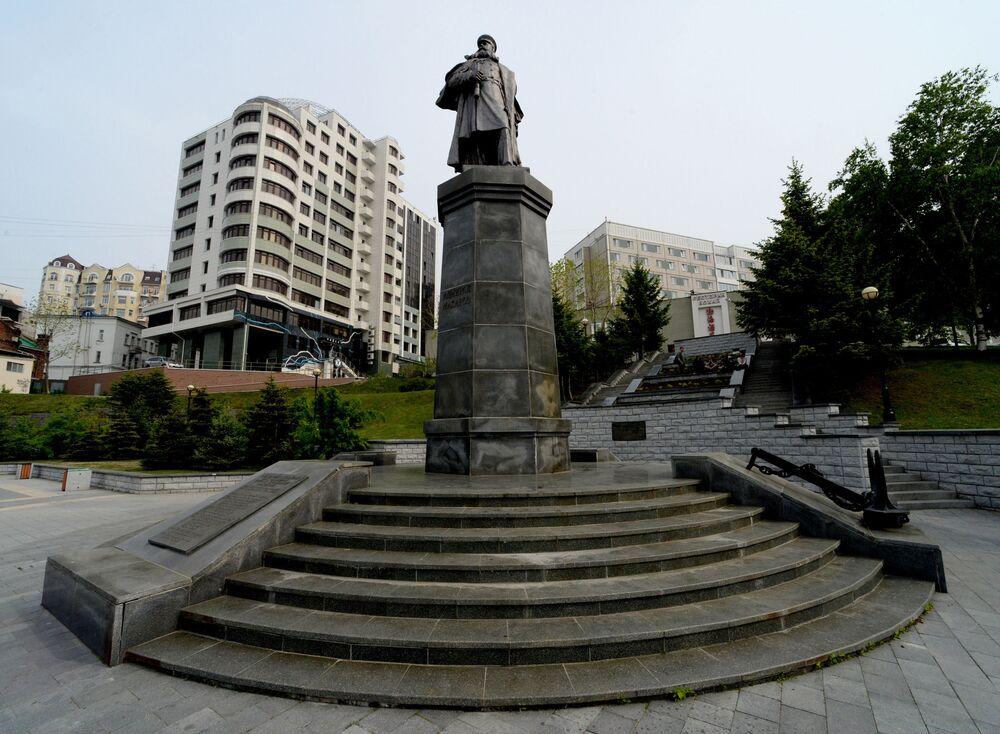 نصب تذكاري للأميرال س. و. ماكاروف في شارع نابيريجنايا في مدينة فلاديفوستوك.