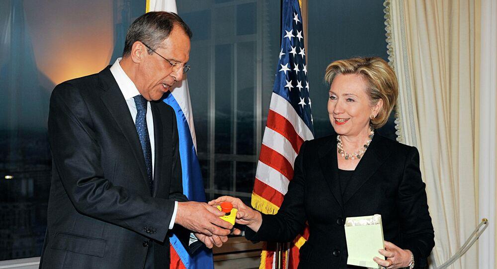 هيلاري كلينتون تسلم سيرغي لافروف مفتاح إعادة إطلاق العلاقات الأمريكية الروسية (ارشيفية)