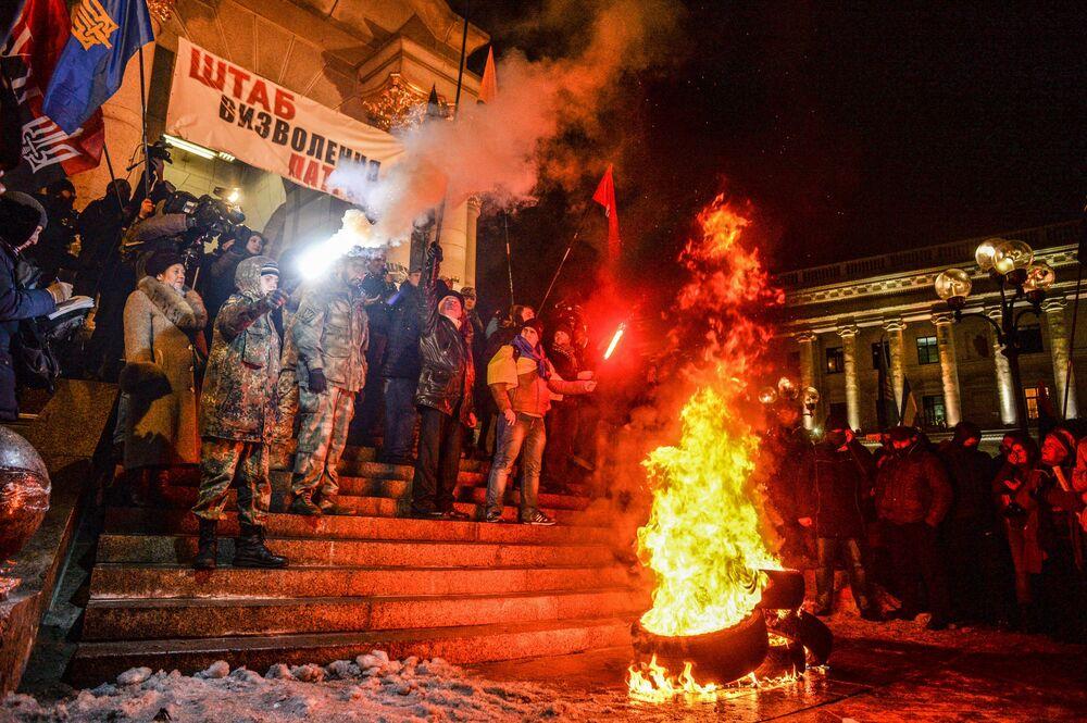 الأوكرانيون يشاركون في مسيرة بمناسبة ذكرى أحداث الميدان، وحرق إطارات في كييف، أوكرانيا