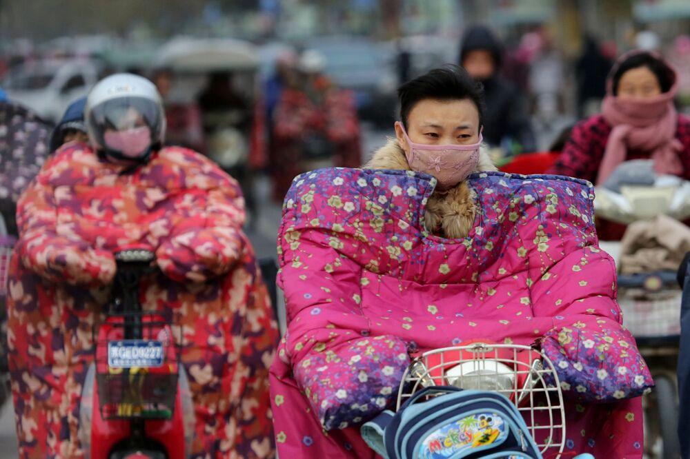 راكبو الدراجات النارية يرتدون أقنعة لحمايتهم من الرياح الباردة في ليانيانغ، الصين 23 نوفمبر/ تشرين الثاني 2016