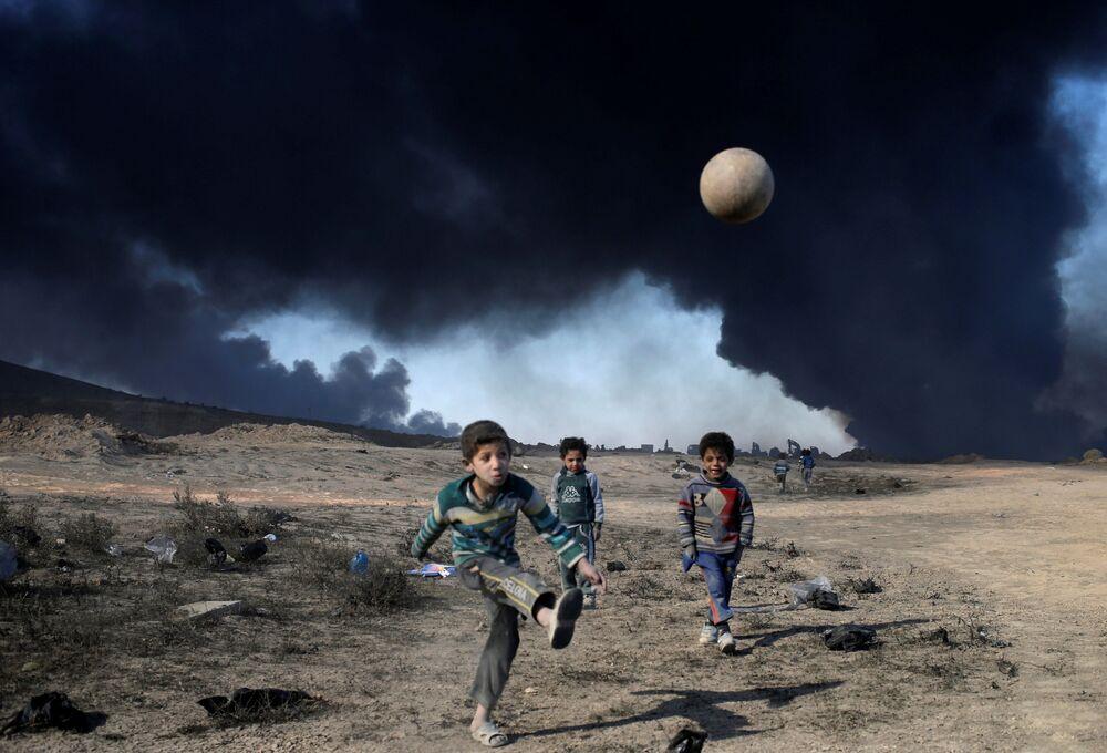 أطفال يلعبون كرة القدم في القيارة جنوبي الموصل، العراق 23 نوفمبر/ تشرين الثاني 2016