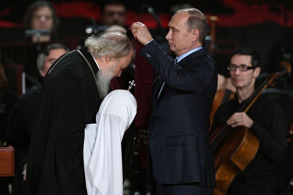 الرئيس الروسي فلاديمير بوتين يمنح وسام الاستحقاق أمام الوطن من الدرجة الأولى لكيريل الأول أسقف الكنيسة الروسية الأرثوذكسية وبطريرك موسكو وعموم روسيا