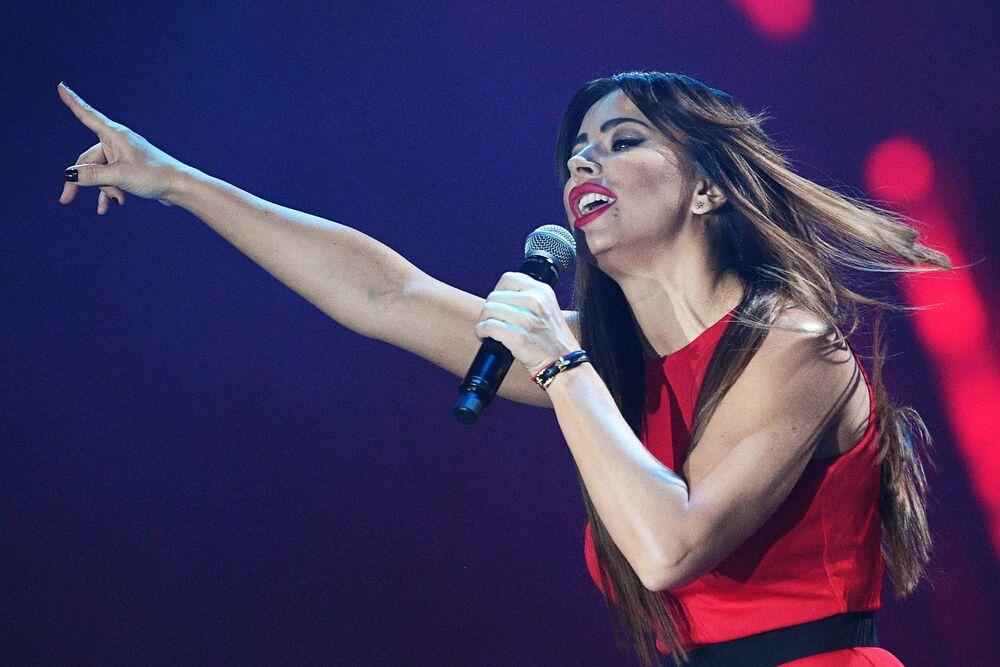 المغنية آني لوراك خلال الحفل الـ 21 لتوزيع جوائز زولوتوي غراموفون للأغاني في ملعب أوليبمبيسكي في موسكو