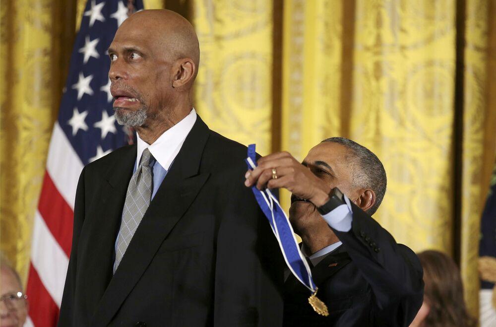 الرئيس الأمريكي باراك أوباما يمنح  وسام الحرية الرئاسي للاعب كرة سلة كريم عبدالجبار في البيت الأبيض، الولايات المتحدة 22 نوفمبر/ تشرين الثاني 2016