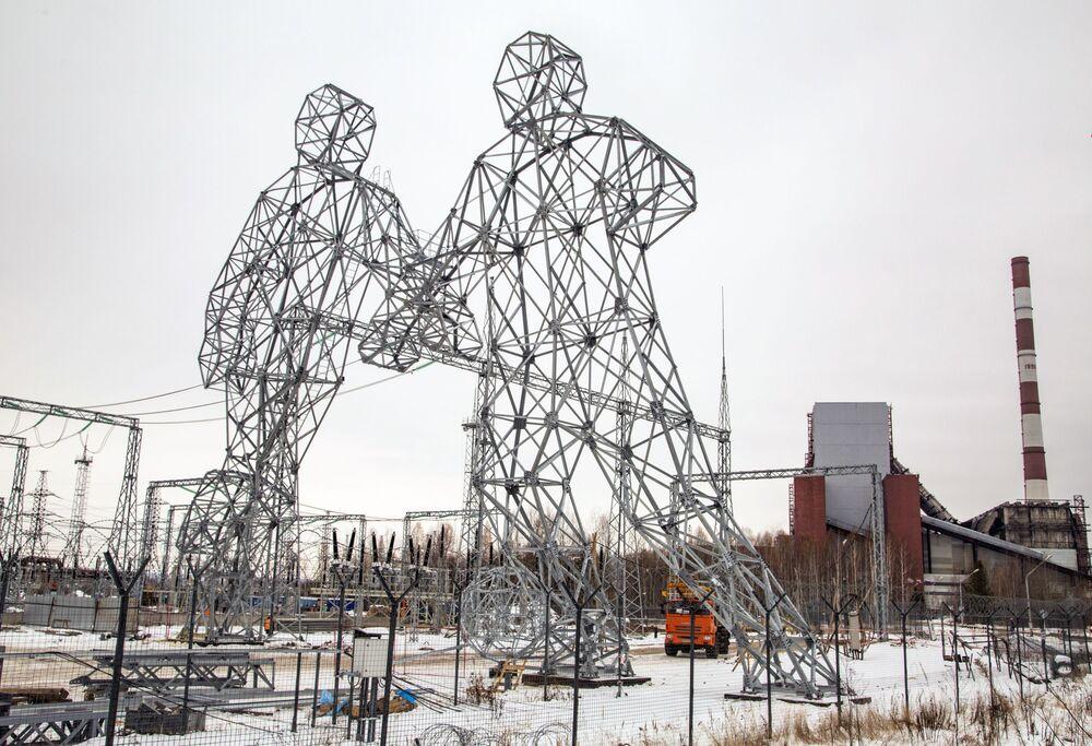 تمثالان على شكل لاعبين كرة قدم، على أراضي محطة بيرم للكهرباء في مدينة دوبريانكا، ويستخدمان للحمل أسلاك الكهرباء، روسيا