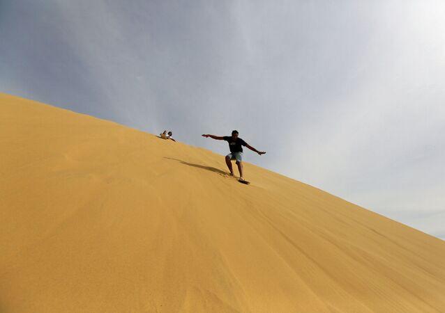 رجل يتزلج على الرمال في وادي الفيوم، مصر 18 نوفمبر/ تشرين الثاني 2016