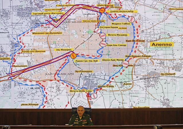 الجنرال سيرجي رودسكوي بهيئة الأركان العامة الروسية يتحدث أمام خريطة لمنطقة حلب في سوريا