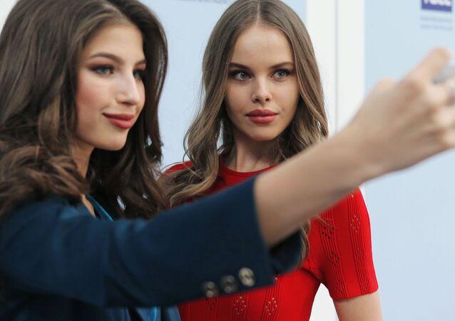 الحائزة على لقب ملكة جمال روسيا لعام 2016 يانا دوبروفولسكايا (يسار)، والمشاركة في مسابقة ملكة جمال الكون لعام 2016 يوليانا كورولكوفا (يمين)، بعد مؤتمر صحفي شمل جميع المشاركات الروسيات في سباق ملكة جمال العالم لعام 2016 وملكة جمال الكون لعام 2016.