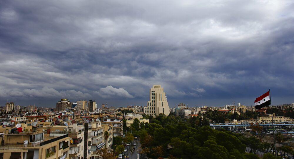 مدينة دمشق على خلفية غيوم سوداء