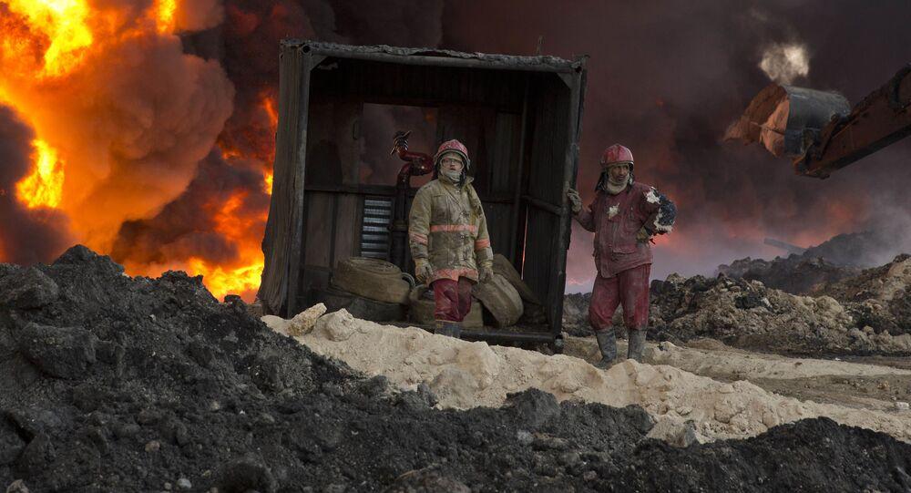 رجال الإطفاء يحاولن اطفاء الحرائق المشتعلة صورة أرشيفية