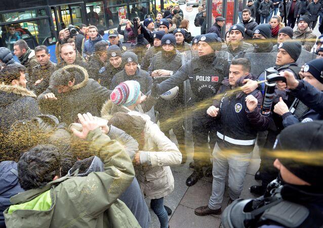 الشرطة تفرق المتظاهرين باستخدام غاز مسيل للدموع في شوارع أنقرة، تركيا 30 نوفمبر/ تشرين الثاني 2016