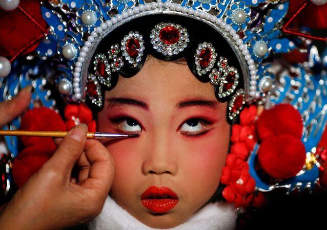 إحدى المشاركات في مسابقة أوبرا الصينية الوطنية وهي تضع مساحيق التجميل في مسرح بكين للفنون، الصين 26 نوفمبر/ تشرين الثاني 2016