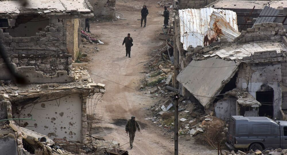الجيش السوري يسيرون في شوارع كرم الجبل، في حلب الشرقية،