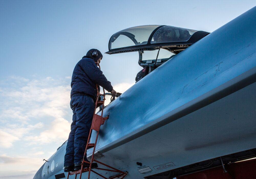 قاذفات سو- 33 اس الجديدة تصل المطار العسكري في كاريليا