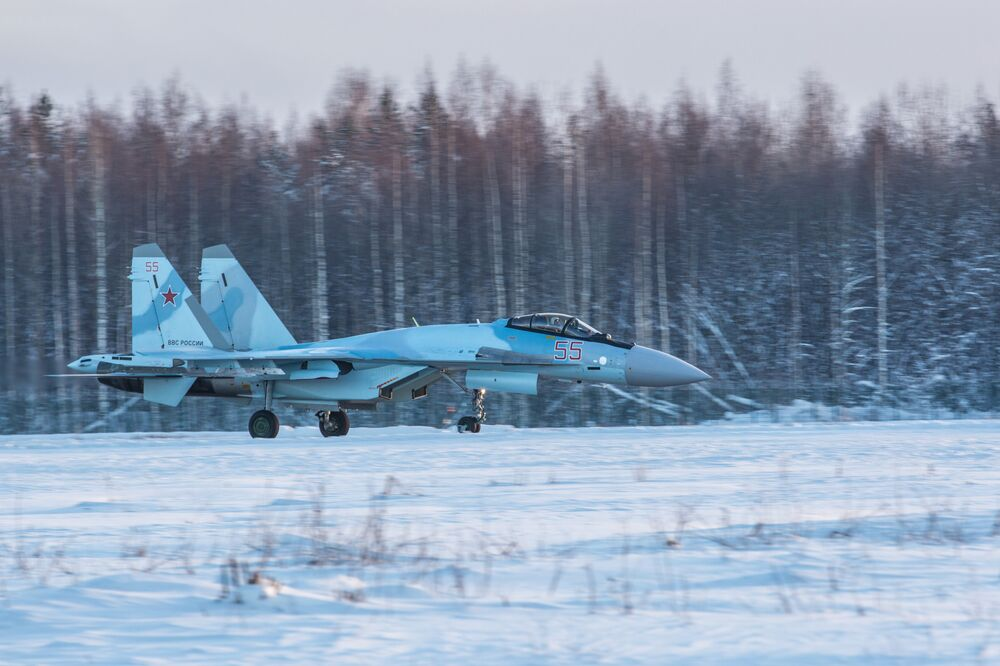 قاذفات سو- 35 اس الجديدة تصل المطار العسكري في كاريليا