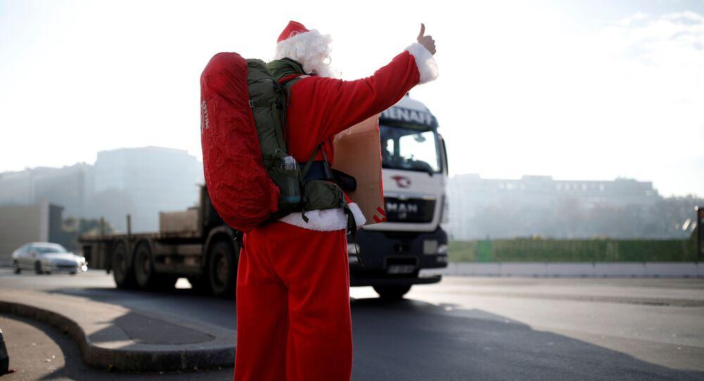 رجل فرنسي (كابتن ريمي) يرتدي زي بابا نويل خلال رحلته في باريس، فرنسا ديسمبر/ كانون الأول 2016