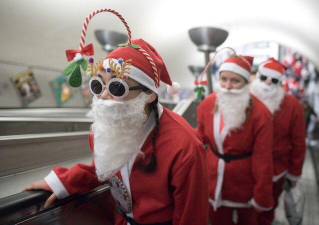 المشاركون في مسيرة سانتا كلاوز (بابا نويل) في مترو أنفاق بمدينة لندن، بريطانيا 4 ديسمبر/ كانون الأول 2016