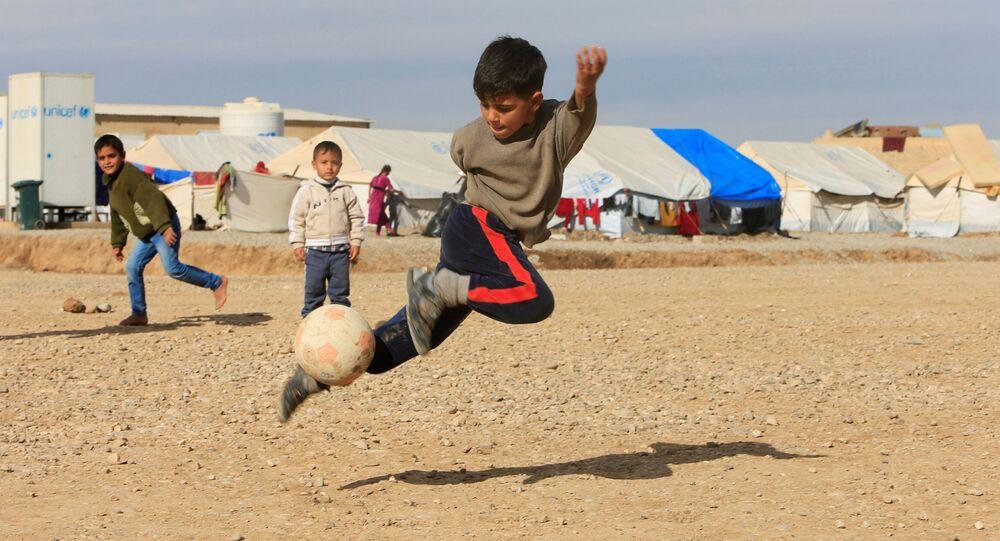 أطفال نازحين من الموصل، يلعبون بالكرة في مخيم خازر للنازحين، العراق 5 ديسمبر/ كانون الأول 2016