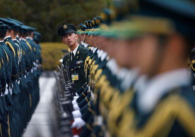 جنود حرس الشرف من قوات الدفاع اليابانية تستعد لمراسم استقبال وزير الأمن الأمريكي آشتون كارتر في طوكيو، اليابان 7 ديسمبر/ كانون الأول 2016