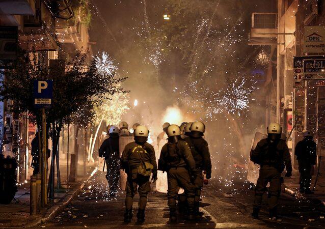 ألعاب نارية وشرطة مكافحة أعمال الشغب في أثينا، اليونان 6 ديسمبر/ كانون الأول 2016