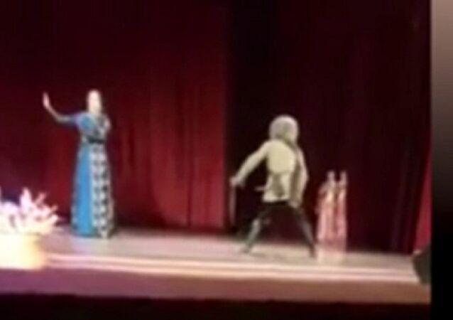 وفاة شيشاني على المسرح