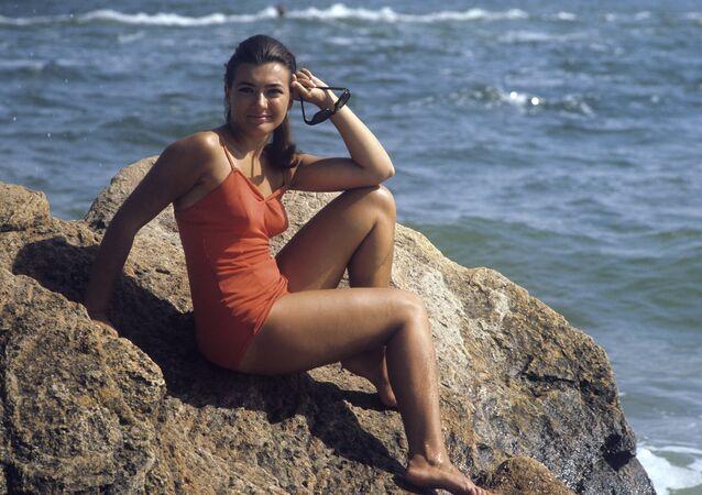 فتاة تجلس على صخرة على شاطئ البحر في أوديسا